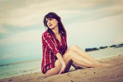 Fashionable young woman on the beach Royalty Free Stock Images