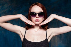Fashionable young woman in sunglasses Royalty Free Stock Photography
