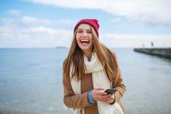 Fashionably klädd kvinna som har gyckel nära floden royaltyfria foton