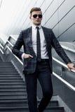 Fashionably klädd man i bakgrunden Arkivfoto