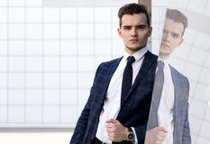 Fashionably klädd man i bakgrunden arkivfoton