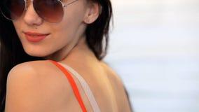 Fashional portret brunetka model Pozuje w studiu zbiory