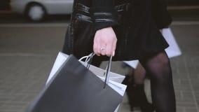 Fashionista生活方式购物的休闲女孩夜 股票录像