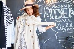 Fashionista, der Kleidung wählt lizenzfreies stockfoto