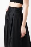 Fashionista en camisa y falda negras Foto de archivo