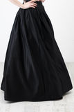 Fashionista en camisa y falda negras Imagen de archivo libre de regalías