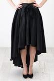 Fashionista en camisa y falda negras imagen de archivo