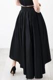 Fashionista en camisa y falda negras fotografía de archivo