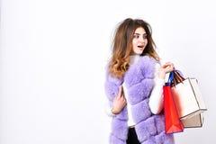Fashionista koopt kleren op zwarte vrijdag Het vest van de meisjesmake-up bont violette het winkelen witte achtergrond Het winkel stock foto's