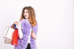 Fashionista koopt kleren op zwarte vrijdag Het vest van de meisjesmake-up bont violette het winkelen witte achtergrond Het winkel royalty-vrije stock foto