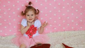 Fashionista Sorrisi e risate svegli della bambina Fondo rosa Il bambino divertente veste gli occhiali da sole rossi sotto forma d archivi video