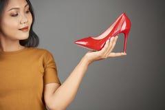 Fashionista wybiera pompy zdjęcia royalty free
