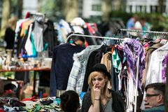 Fashionistas que têm o divertimento na feira da ladra Imagem de Stock Royalty Free