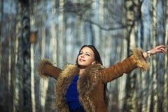 Fashionwoman en el bosque del invierno Imagenes de archivo