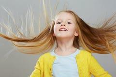 Fashon stilflicka med den långa ståenden för blont hår grått Arkivbilder