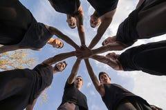 Fasi di vita del gruppo Lavoro di squadra che impila concetto delle mani sinergismo immagini stock
