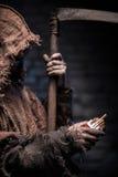 Faslig död med lien väntar på rökaren Royaltyfri Fotografi