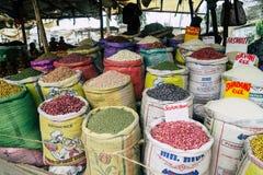 Fasole i obiektywy sprzedaje stojaka na ulicach Nairobia obrazy royalty free