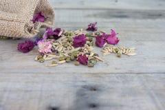 Fasole, ryż i suszą kwiatu święty w ślubie na drewnianym stole zdjęcia royalty free