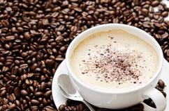 fasoli cappuccino filiżanka wypiętrzający obsiadanie Obrazy Stock