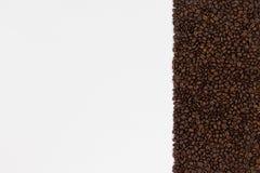 fasoli kawa białe tło Odgórny widok z przestrzenią dla twój t Obrazy Stock