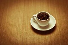 fasoli kawa wypełniający kubka talerza biel Obrazy Royalty Free