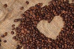 fasoli kawowy serce odizolowywający przedmiot Zakończenie zdjęcia stock