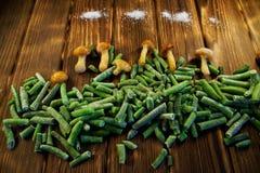 Fasolki szparagowe, pieczarki i sól na gospodarstwie rolnym na drewnianym backgroun, obraz stock