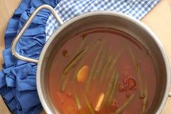 Fasolki szparagowe z pomidorami i czosnkiem gotującymi w garnku, odpoczywa o Obrazy Royalty Free
