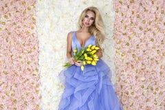 Fasonuje ślubnej sukni modela z bukietem tulipany Piękny panna młoda model w błękitnej zadziwiającej ślubnej sukni Piękno młoda k obraz stock
