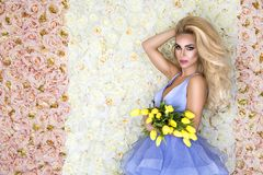 Fasonuje ślubnej sukni modela z bukietem tulipany Piękny panna młoda model w błękitnej zadziwiającej ślubnej sukni Piękno młoda k fotografia royalty free