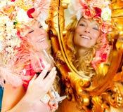 Fasonuje barokowego blond womand target728_0_ czerwone wino Fotografia Stock