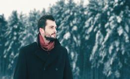 Fasonuje brodatego brunetka mężczyzny odprowadzenie w zima dniu, spojrzenia daleko od fotografia stock