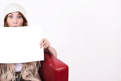 Fasonuje brunetki dziewczyny w modnych round okularach przeciwsłonecznych z i nakrętce obraz royalty free