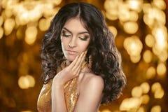 Fasonuje brunetki dziewczyny z Długim kędzierzawym włosy, piękna makeup, luxur Obrazy Stock
