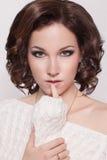 Fasonuje brunetki kobiety z brown kędzierzawego włosy dziewczyną z perfect skórą i makeup. Piękna Wzorcowy retro Obraz Stock