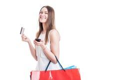 Fasonuje dziewczyny kupuje online mienie telefon komórkowego i kredytową kartę Zdjęcie Royalty Free