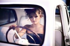 Fasonuje dziewczyny w retro stylu pozuje blisko starego samochodu obraz royalty free