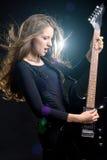 Fasonuje dziewczyny z gitarą bawić się skałę Zdjęcia Royalty Free