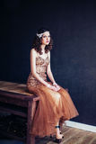 Fasonuje fotografię jest ubranym iskrzastą wieczór suknię piękna dziewczyna Obrazy Royalty Free