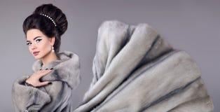 Fasonuje fotografię kobieta w wyderkowym futerkowym żakiecie Elegancka brunetka z m Obrazy Stock