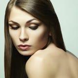 Fasonuje fotografię młoda kobieta z ciemnym włosy fotografia stock