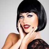 Fasonuje fotografię piękna brunetki kobieta z strzał fryzurą. Obrazy Stock