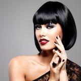 Fasonuje fotografię piękna brunetki kobieta z strzał fryzurą Zdjęcia Royalty Free