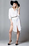 Fasonuje fotografię piękna dama w eleganckim czarnym kapeluszu i białym s Fotografia Stock