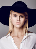 Fasonuje fotografię piękna dama w eleganckim czarnym kapeluszu i białym s Obraz Stock
