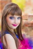 Fasonuje fotografię piękna dziewczyna na tle ceglana ruina Zdjęcie Stock