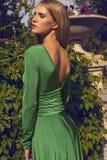 Fasonuje fotografię piękna blond dziewczyna w eleganckiej sukni Zdjęcie Stock