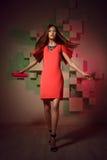 Fasonuje jaskrawą fotografię kobieta w czerwieni sukni Fotografia Royalty Free