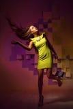 Fasonuje jaskrawą fotografię kobieta w kolor żółty sukni Obraz Royalty Free